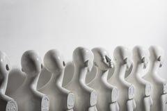 Foto brillante de los maniquíes plásticos de la mujer que se colocan en la línea imágenes de archivo libres de regalías