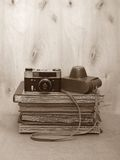Foto-cámara vieja de la película del vintage con el caso de cuero en el fondo de madera, sepia Imagen de archivo