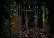 Foto cambiante, discreta de Rusty Iron Gates Ajar fotografía de archivo libre de regalías