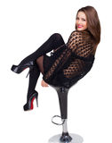 Foto che la bella ragazza nel nero si siede sulla sedia Fotografia Stock