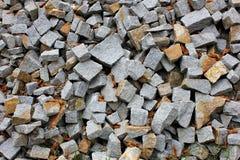Foto cinzenta do cascalho para o fundo Pedras afiadas na pilha para a construção Fonte da estrada ou da construção civil cinzento Imagens de Stock Royalty Free