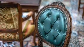 Foto classiche della mobilia del salone della sedia molle d'annata del cuscino immagini stock libere da diritti