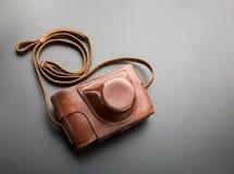 Foto-câmera velha da película do vintage no caso de couro Imagens de Stock