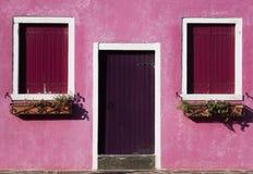 Foto colorida de la geometría de una casa en la isla de Burano Foto de archivo