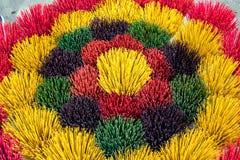 Foto colorida de los inciensos Los palillos coloridos del incienso exhibieron en una tienda en la tonalidad, Vietnam fotos de archivo