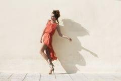 Mulher no vestido vermelho Fotografia de Stock Royalty Free