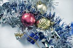 Foto colorida del ornamento de la Navidad Bola del juguete del árbol de navidad y cono del pino Fotografía de archivo