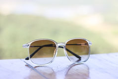 Foto común: Accesorios del ` s de las mujeres con las gafas de sol en la tabla de madera Fotos de archivo libres de regalías