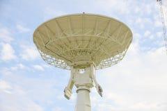 Foto común: antenas de antena parabólica debajo del cielo Foto de archivo