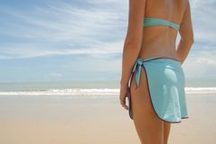 Foto común de la mujer triguena alta hermosa en la playa en Fotografía de archivo