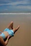 Foto común de la mujer triguena alta hermosa en la playa en Fotos de archivo libres de regalías