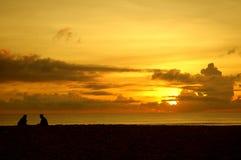 Foto común de un par por la playa Fotografía de archivo