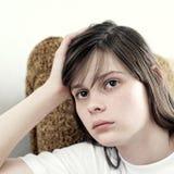 Foto común de una muchacha contra la pared azul Foto de archivo libre de regalías