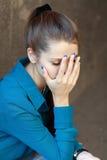 Foto común de una muchacha contra la pared azul Imágenes de archivo libres de regalías