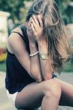 Foto común de una muchacha contra la pared azul Foto de archivo