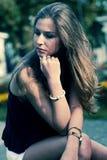 Foto común de una muchacha contra la pared azul Fotos de archivo