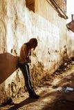 Foto común de una muchacha contra la pared azul Imagen de archivo libre de regalías