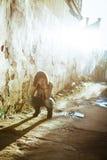 Foto común de una muchacha contra la pared azul Fotografía de archivo libre de regalías