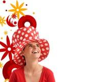 Foto común de una mujer bonita joven con el sombrero rojo Fotos de archivo libres de regalías