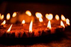 Foto común del diya o de la luz iluminado de la lámpara de aceite, foco selectivo de Diwali