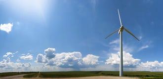 Foto común del molino de viento en cielo azul. Foto de archivo