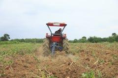 Foto común: El granjero era condujo el tractor que araba el suelo al picup Fotos de archivo libres de regalías
