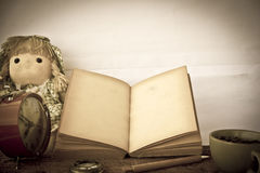 Foto común: páginas en blanco abiertas del libro viejo, documento amarillo vacío sobre DA Foto de archivo libre de regalías