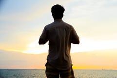 Foto común - silueta de la sola acción del hombre en la puesta del sol Foto de archivo libre de regalías
