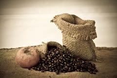 Foto común: Taza de café con los granos de café Foto de archivo libre de regalías
