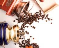 Foto com moinhos de café ou grãos de café do moedor em um parafuso prisioneiro branco Imagem de Stock