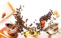 Foto com moinhos de café ou grãos de café do moedor em um parafuso prisioneiro branco Imagens de Stock