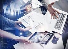 Foto commerciële teambrainstorming De managers die van de financiënafdeling nieuw globaal project in bureau werken Elektronisch g Royalty-vrije Stock Afbeelding