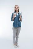 Foto completa do comprimento da mulher de sorriso esse ir beber o café Fotografia de Stock Royalty Free