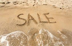 Foto conceptual da venda escrita no Sandy Beach Foto de Stock Royalty Free