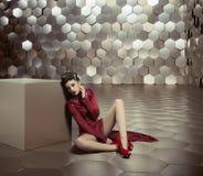 Foto conceptual de la mujer en el cuarto de oro fotografía de archivo