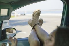 A foto conceptual, a menina está viajando pelo carro imagens de stock royalty free