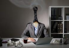 Foto conceptual que ilustra síndrome de la quemadura en el trabajo fotografía de archivo libre de regalías