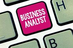 Foto concettuale di Business dell'analista di affari di rappresentazione di scrittura della mano che montra qualcuno che analizzi immagine stock libera da diritti