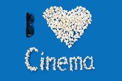 Foto concettuale di tecnologia stereo tridimensionale del simbolo, forma del cuore con l'iscrizione segna il cinema con lettere Immagine Stock