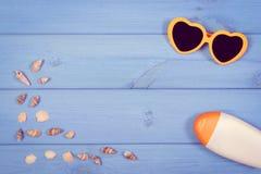 Foto, conchas marinas y accesorios del vintage para las vacaciones y el verano, espacio de la copia para el texto Imágenes de archivo libres de regalías
