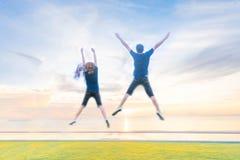 foto confusa delle coppie che saltano sulla spiaggia Immagine Stock Libera da Diritti