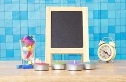 Foto conservada em estoque: Ainda vida com quadro-negro vazio e gizes coloridos Imagem de Stock