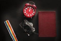Foto conservada em estoque: a câmera do filme do vintage 35mm e o livro velho Fotos de Stock