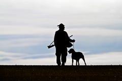 Foto conservada em estoque: caçador com um cão Foto de Stock Royalty Free