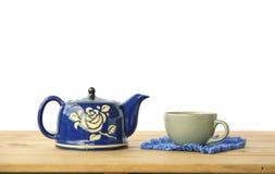 Foto conservada em estoque: Chaleira de chá na tabela de madeira Imagem de Stock