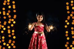 Foto conservada em estoque da menina indiana que guarda o biscoito do fulzadi ou da faísca ou do fogo na noite do diwali fotografia de stock royalty free