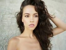 Foto conservada em estoque da mulher triguenha alta bonita na praia no fotografia de stock