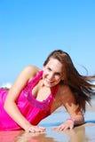 Foto conservada em estoque da mulher triguenha alta bonita na praia no Fotos de Stock Royalty Free