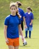 Foto conservada em estoque de um jogador de futebol fêmea Fotos de Stock Royalty Free