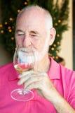 Foto conservada em estoque do gosto de vinho - homem sênior Fotos de Stock Royalty Free